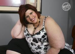 Full figured woman shows pussy